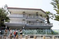 Ngôi nhà có hàng rào là bể cá ấn tượng